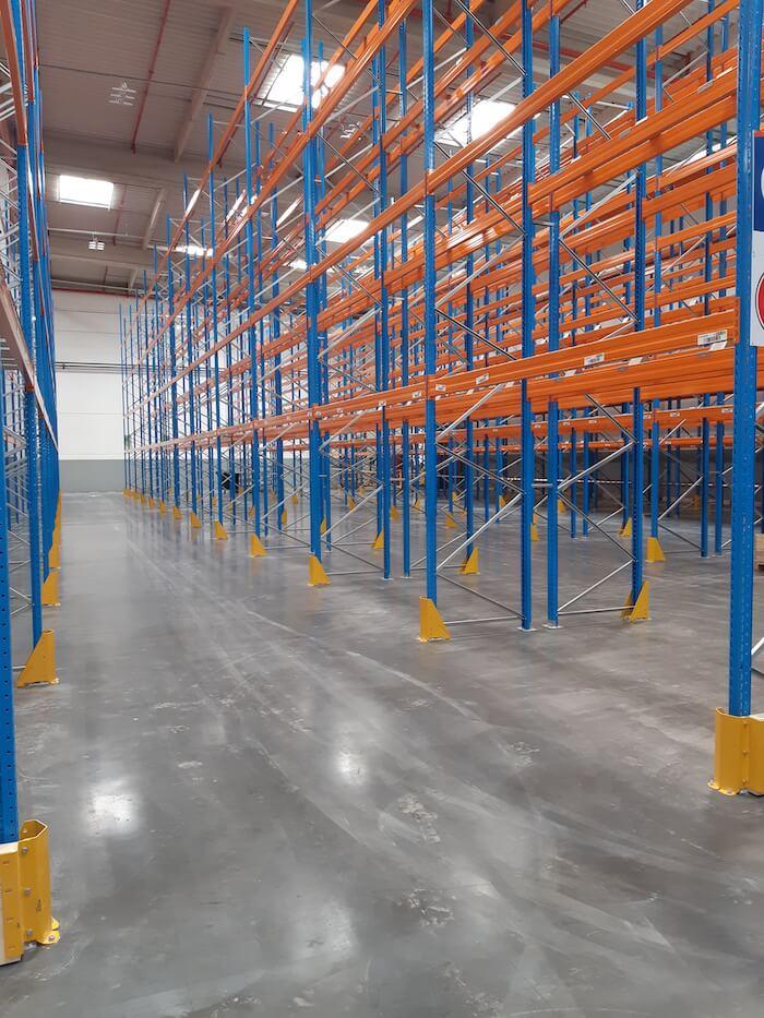 Série de racks à palette vides bleu et orange
