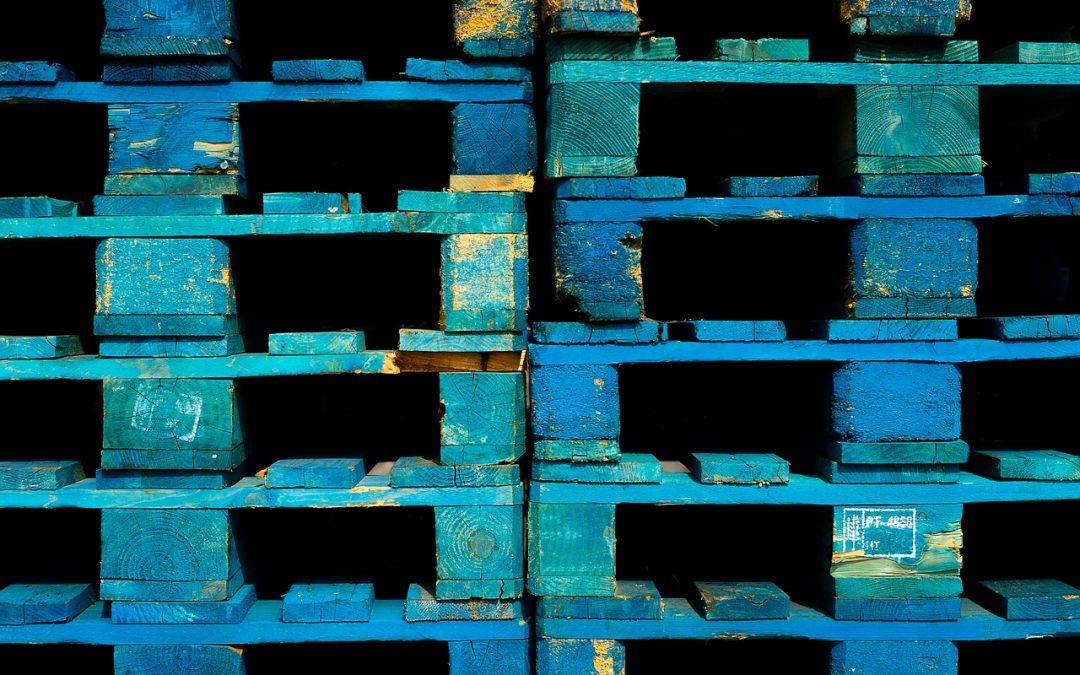 palettes en bois peintes en bleu